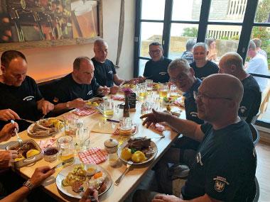 Gruppe aus Männern zu Gast im Brauhaus Stadl